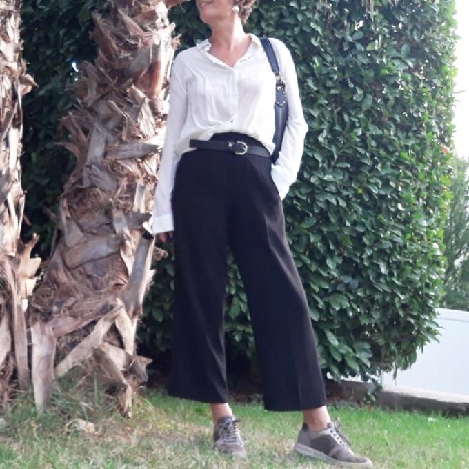 Pantalon noir et baskets