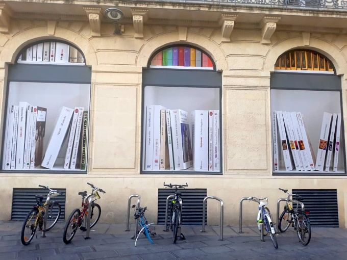 Cent Titres de Clémentine MELOIS, Vitrines du Monoprix rue Maguelone Montpellier