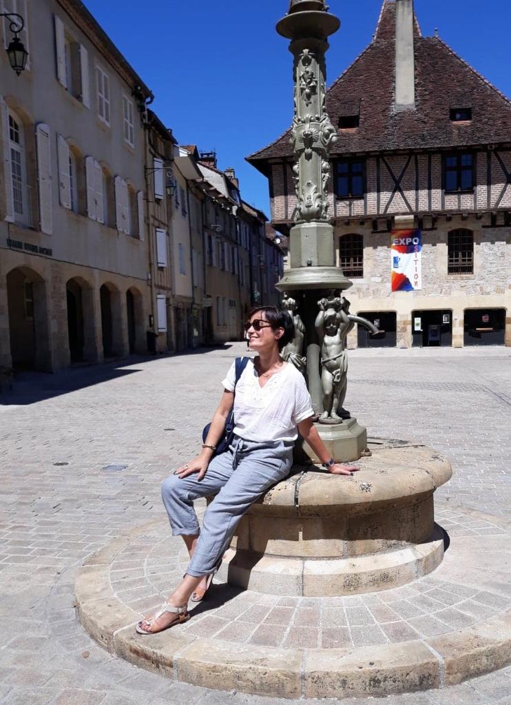 Avec mon pantalon en lin, place du Mercadial à Saint-Céré, Lot, Occitanie