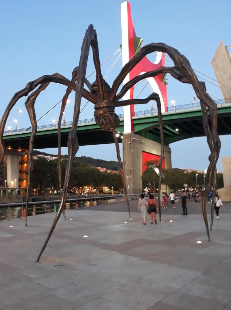 Photo Maman, l'araignée de Louise BOURGEOIS---& Le Pont de la Salve repensé par Daniel BUREN