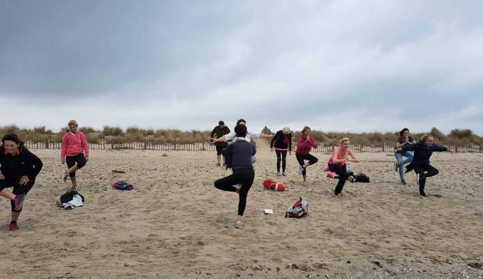 Les Jolies Quinquas Stretch yoga plage