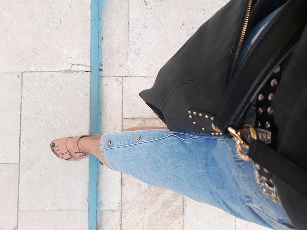 Les-jolies-quinquas---Détail-jupe-jean-et-Birkenstock