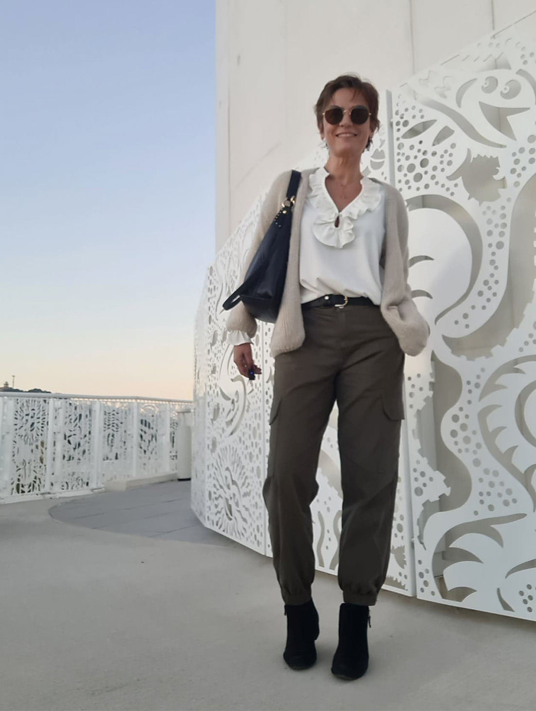 Pantalon-cargo-et-blouse-blanche-2-Les Jolies Quinquas