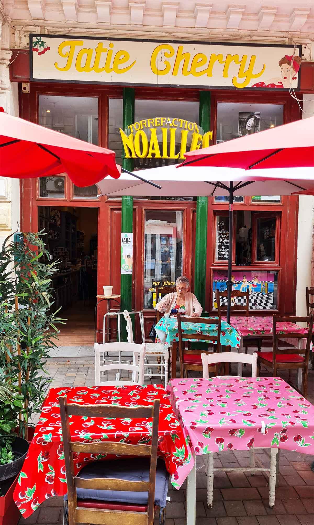 Terrasse-de-café-à-sète-chez-Tatie-Cherry