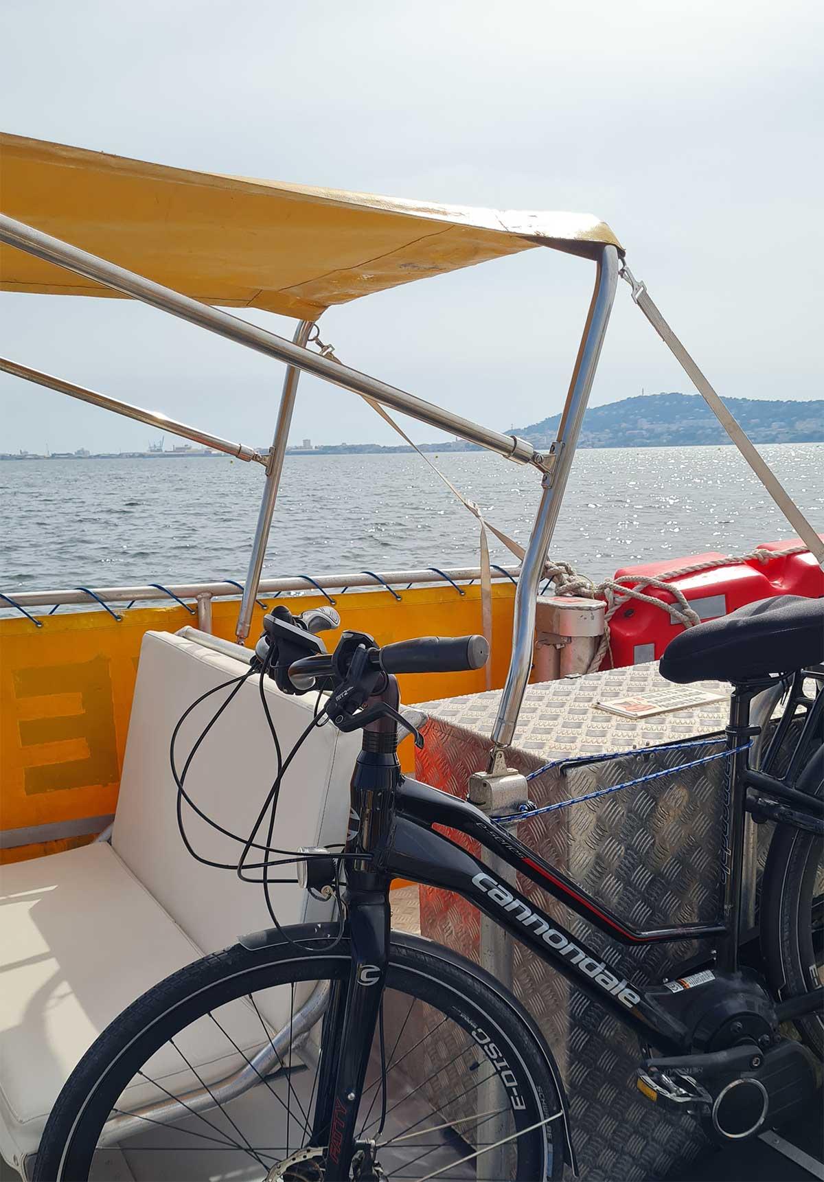 Vélo-et-bateau-sur-l'étang-de-Thau